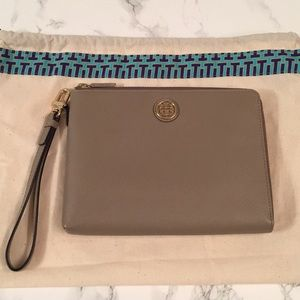 NWT Tory Burch Large Robinson Wristlet Pouch